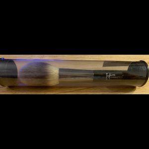 It cosmetics makeup brush